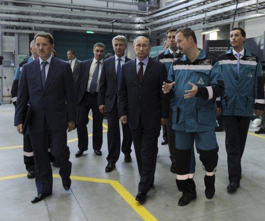 """V.Putinas lankosi """"Sibur"""" kompanijoje. Pirmas iš dešinės – jo žentas Kirilas Šamalovas."""