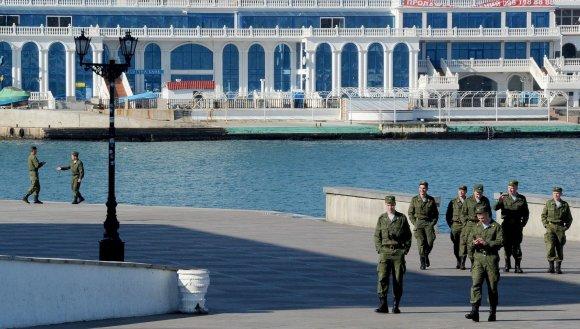 """AFP/""""Scanpix"""" nuotr./Įvedusi savo karius, Maskva Krymui žada ir turistų"""