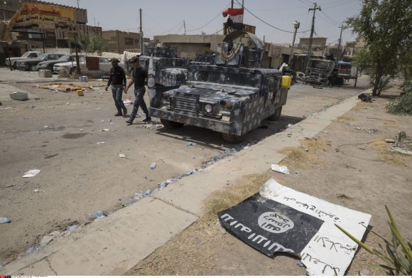 """Scanpix""/""SIPA"" nuotr./Numesta ISIS vėliava Faludžoje"