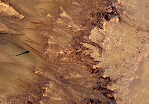 NASA nuotr./NASA mokslininkai nežino, kaip vagelės Marso paviršiuje galėjo atsirasti be skysto vandens