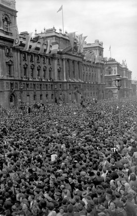 """Scanpix""/""PA Wire""/""Press Association Images"" nuotr./Pergalės dienos šventimas Londone 1945 m. gegužės 8 d."