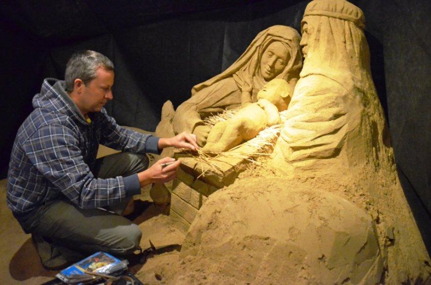 Palangoje menininkas Andrius Petkus sukūrė prakartėlę iš smėlio.