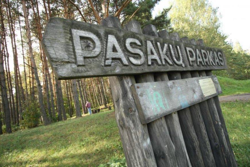 Savanoriai Pasakų parke ketina įrengti trūkstamus suoliukus ir šiukšliadėžes, vaikų žaidimo aikšteles, atnaujinti ištrupėjusius laiptelius, atstatyti apšvietimo stulpus, išretinti parko augaliją.