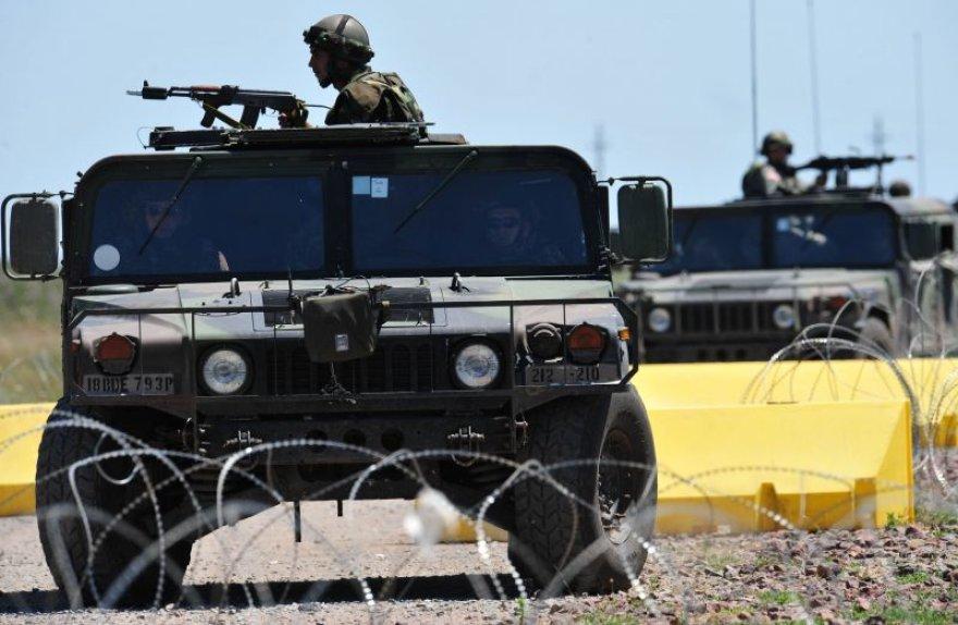 Trys NATO vadovaujamų pajėgų kariai žuvo per pakelės bombos sprogimą rytiniame Afganistane.