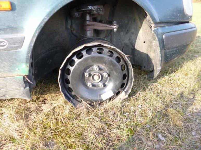Sulaikytas bėglių automobilis peršautomis padangomis