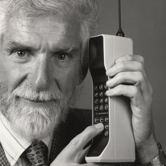 Mobiliojo telefono išradėjas Martinas Cooperis
