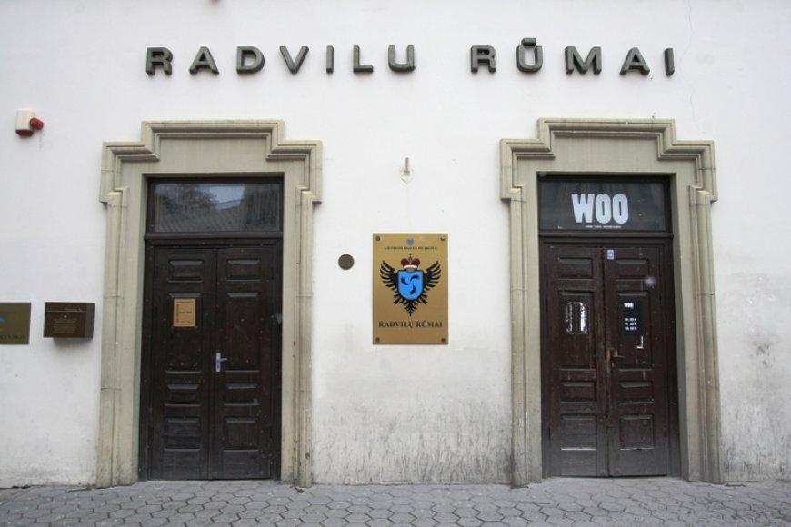 """Netrukus prie Radvilų rūmų įėjimo nebeliks klubo """"Woo"""" pavadinimo."""