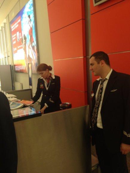Georgijaus juostelėmis pasidabinęs personalas Maskvos Šeremetjevo oro uoste.