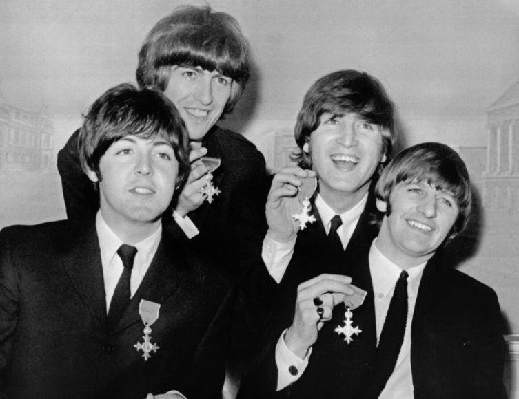 """""""The Beatles"""" 1965-aisiais (iš kairės): Paulas McCartney, George'as Harrisonas, Johnas Lennonas ir Ringo Starras"""
