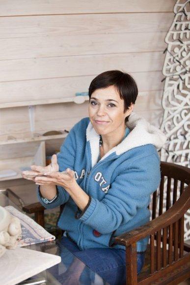 Nomeda Marčėnaitė kartu su neregiais vaikais kurs skulptūras.