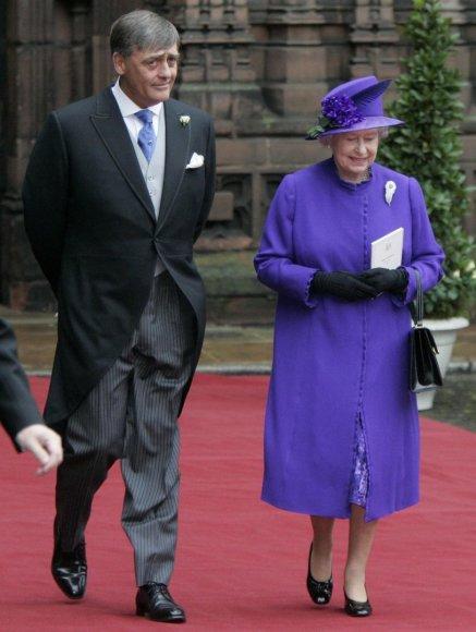 """Scanpix""/""PA Wire""/""Press Association Images"" nuotr./Vestminsterio hercogas Geraldas Cavendishas Grosvenoras ir karalienė Elizabeth II (2004 m.)"