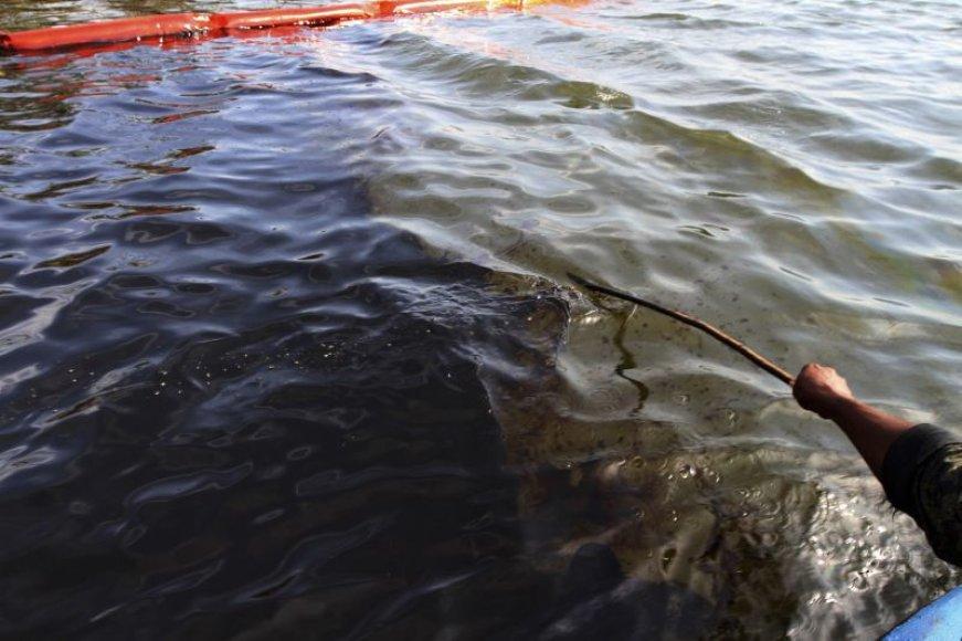 Išsiliejusi nafta Nigerio upėje