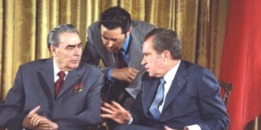 Viktoras Suchodrevas (centre) su Leonidu Brežnevu ir Richardu Nixonu