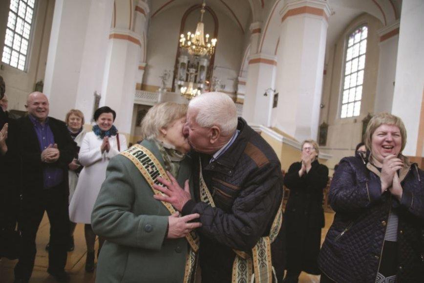 Atnaujintus santuokos įžadus Janina ir Česlovas sutvirtino bučiniu.