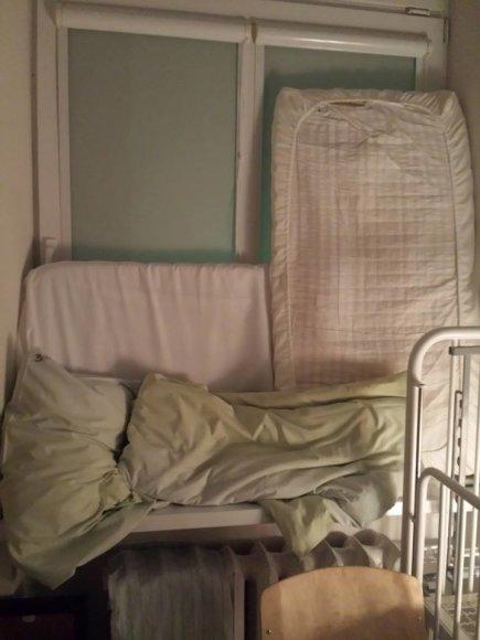Socialiniame tinkle buvo paviešinta fotografija, kurioje matyti čiužiniais ir pagalvėmis iškamšyti ligoninės langai.