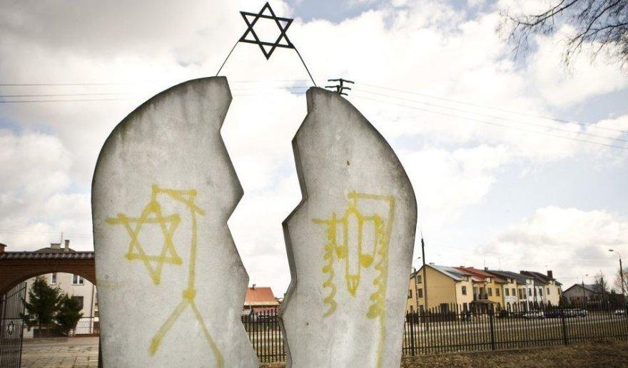 Išniekintos žydų kapinės Lenkijoje.