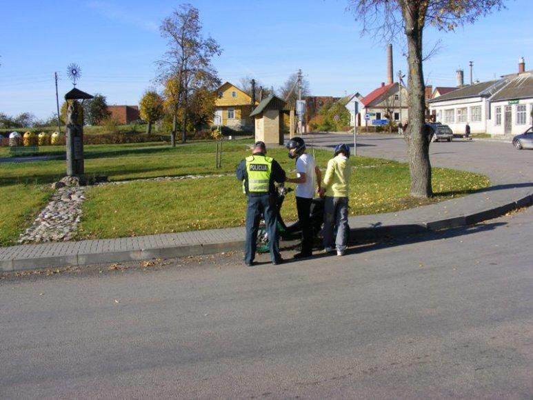 Kelių policijos pareigūnai dalina atšvaitus ir liemenes