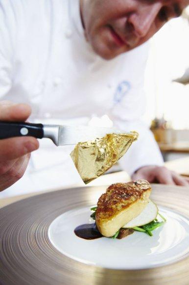 Šefas ruošia patiekalą su foie gras