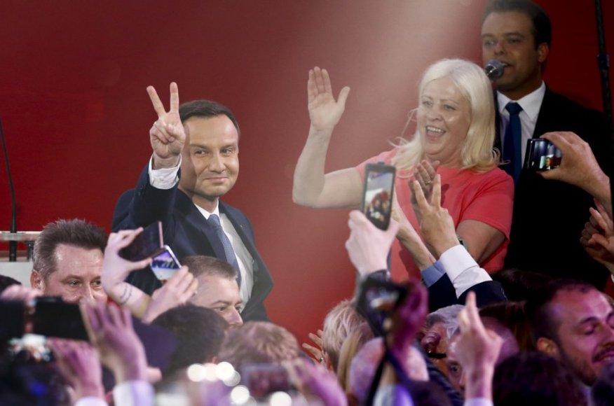 Andrzejus Duda švenčia pergalę Lenkijos prezidento rinkimuose