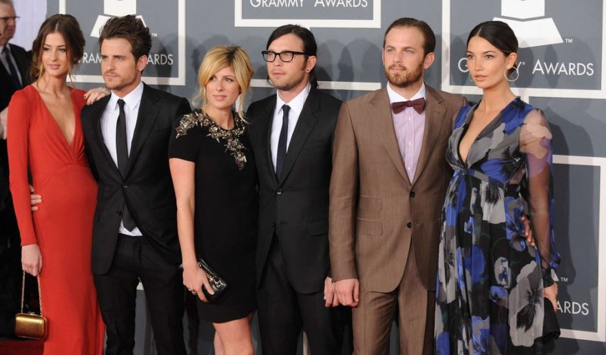 """""""Kings of Leon"""" nariai su savo išrinktosiomis (iš kairės): Jaredas su Martha, Nathanas su Jessie ir Calebas su Lily"""