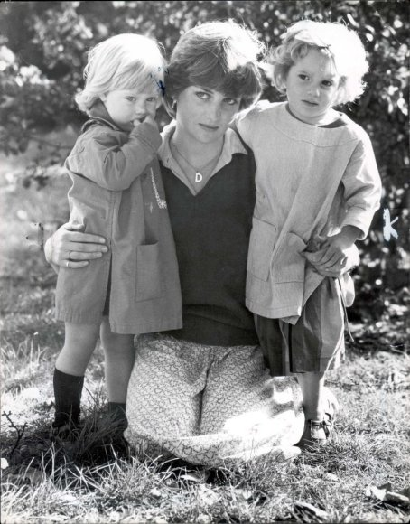 Vida Press nuotr./Princesė Diana su darželio, kuriame dirbo, auklėtiniais (1980 m.)