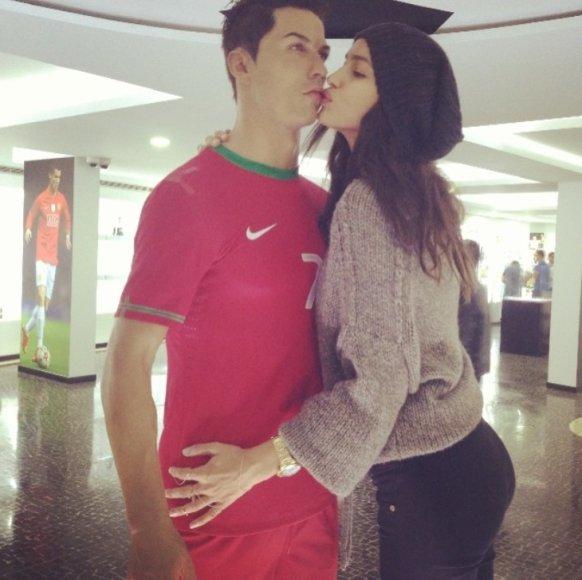 Irina Shayk bučiuoja vaškinę Cristiano Ronaldo figūrą