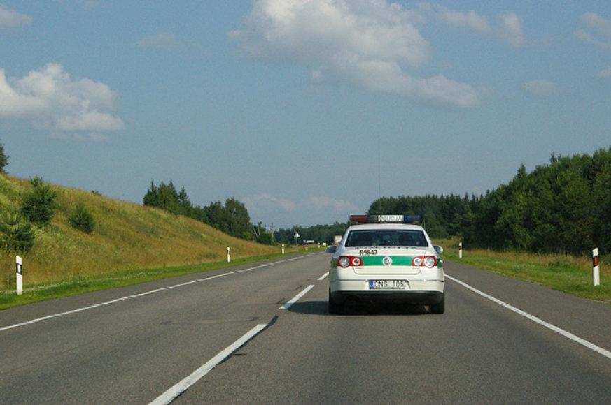 """Policijos automobilis """"Via Baltica"""" kelyje"""