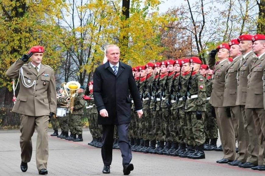 Lenkijos gynybos viceministras Czeslawas Mroczekas (civiliais drabužiais) priešais Lenkijos armijos rikiuotę