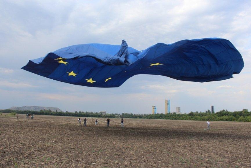 Lietuviai aitvarų meistrai Ukrainos rytuose iškėlė milžiniškas Ukrainos, Lietuvos ir ES vėliavas