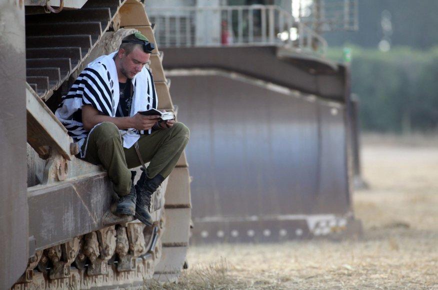 Izraelio karys rytinės maldos metu