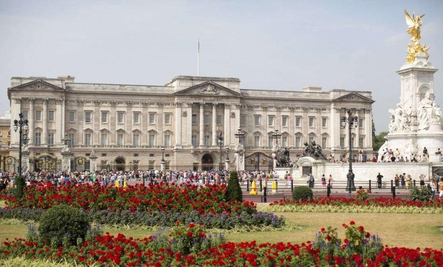 Minios žmonių prie Bakingamo rūmų laukia žinios apie sosto paveldėtojo gimimą.