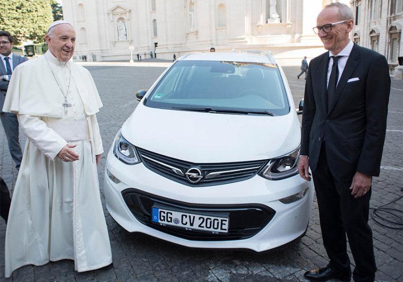 """Romos popiežius Pranciškus gavo dovanų elektromobilį """"Opel Ampera e"""""""
