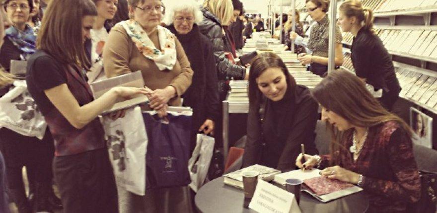 Kristina Sabaliauskaitė rašo autografus