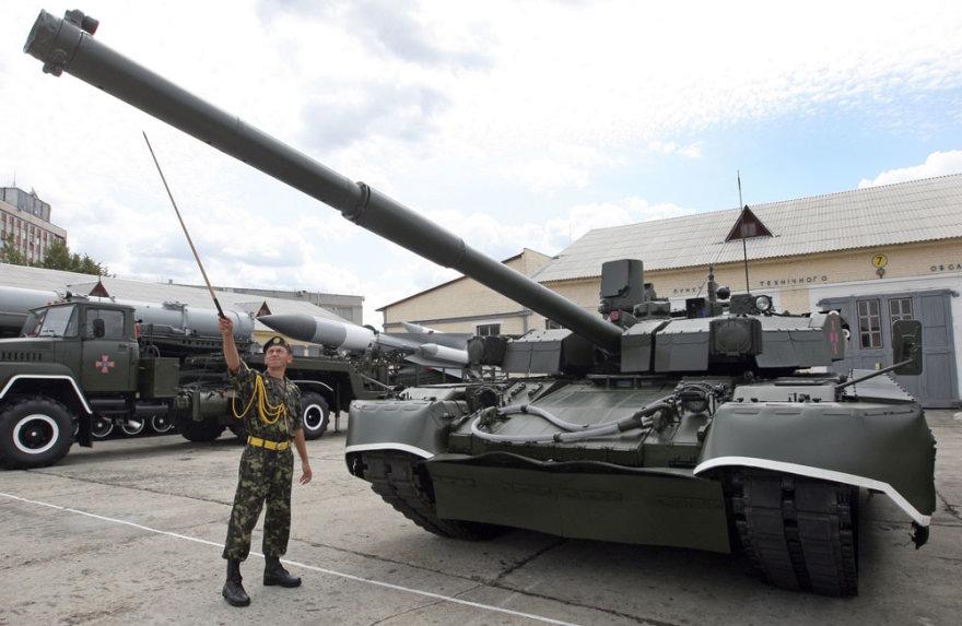 """Ukrainiečių karys prie tanko """"Oplot"""""""