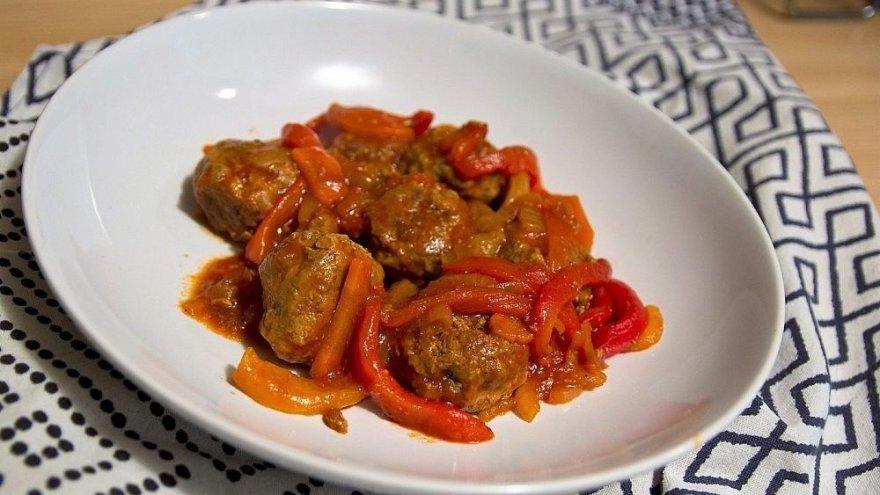 Mėsos kukuliukai, troškinti su raudonosiomis paprikomis