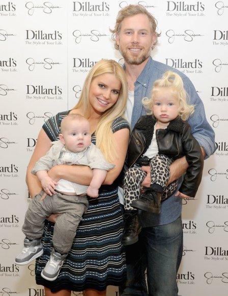 Jessica Simpson ir Ericas Johnsonas su vaikais Ace'u ir Maxwell