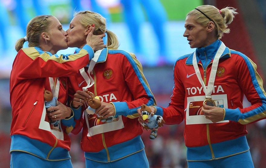 Antonina Krivošapka dešinėje ant Londono olimpinių žaidynių podiumo