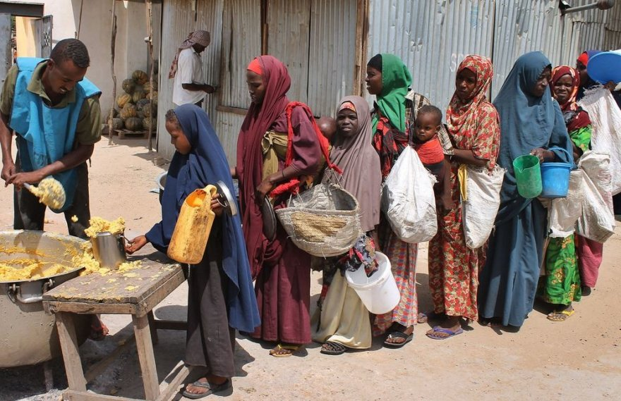Somalyje moterys su vaikais stovi eilėje prie maisto.