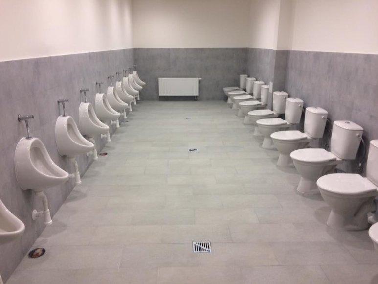 Šilutės gimnazijos sporto salės tualetas
