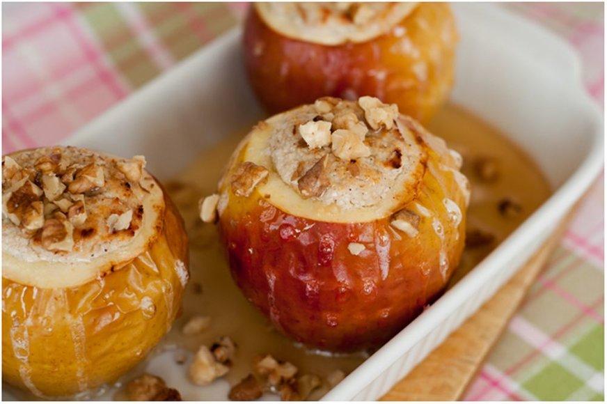 Varškės kremu įdaryti kepti obuoliai