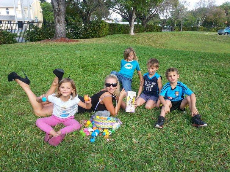 Erika Santos su vaikais švenčia Velykas