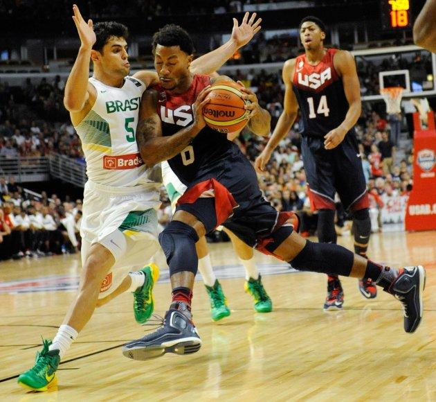 JAV ekipos žaidėjas Derrickas Rose'as kovoja su Brazilijos rinktinės krepšininku Rauliu Neto