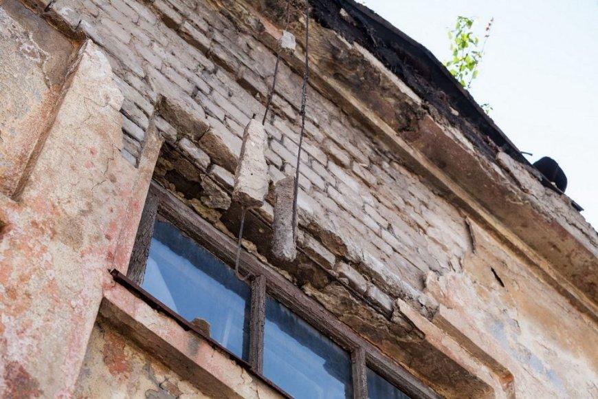 Nenaudojami pastatai, išmarginti grafičiais, miesto nepuošia.