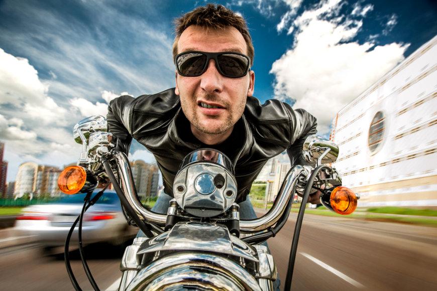Vyras skrieja motociklu