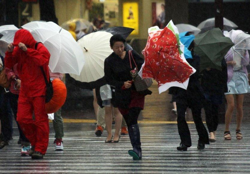 Tokijuje stiprus vėjas patikrino ne vieno skėčio tvirtumą.