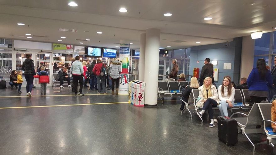 """Edvardo Žičkaus """"Facebook"""" profilio nuotr./Į Hurgadą turėję išskristi keleiviai vis dar laukia lėktuvo VNO"""
