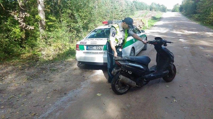 Sprukusį mopedo vairuotoją policininkai vijosi bėgdami