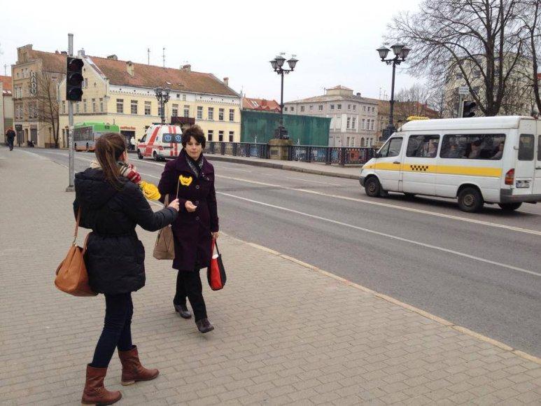 """""""Būties jaukumos"""" savanorių šypsenų dalijimo akcija Klaipėdoje"""