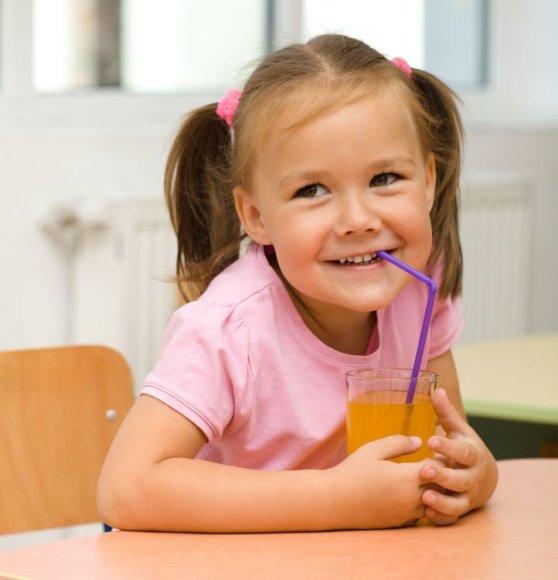 Kad ir kokios naudingos bebūtų sultys, maisto jos negali pakeisti, tad stebėkite, kad vaikas jomis nepiktnaudžiautų.