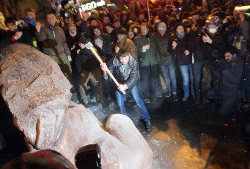 Kijeve nuverstas Lenino paminklas